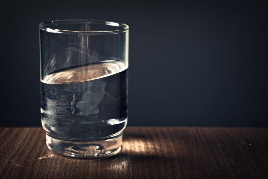 Verre d'eau posé sur une table