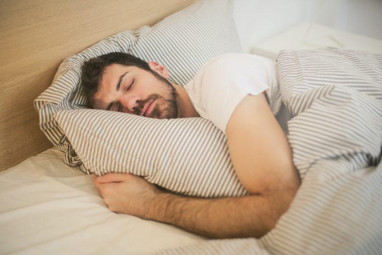 Homme qui ronfle pendant son sommeil