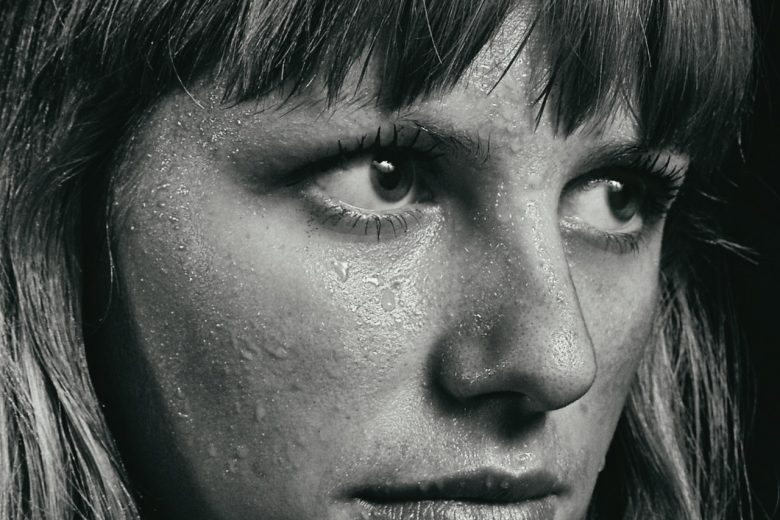 visage transpirant d'une femme